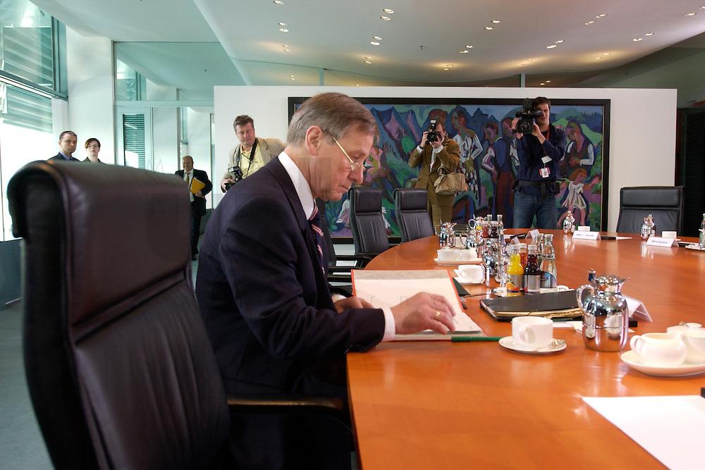28 APR 2004, BERLIN/GERMANY:<br /> Wolfgang Clement, SPD, Bundeswirtschaftsminister, liest in seinen Akten, vor Beginn der Kabinettsitzung, Bundeskanzleramt<br /> IMAGE: 20040428-01-003<br /> KEYWORDS: Kabinett, Sitzung, Akten, Untterlagen, lesen