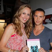 NLD/Amsterdam/20120718 - Boekpresentatie Regina Romeijn 'Vet man, zo'n baby!', Regina Romeijn en Guy van der Reijden met het boek