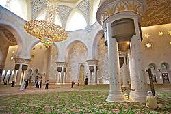 A Mesquita Sheikh Zayed Bin Sultan Al Nahyan, em Abu Dhabi, é a maior mesquita dos Emirados Árabes Unidos e a sexta maior mesquita do mundo. Ela recebeu o nome do seu fundador e primeiro presidente dos Emirados Árabes, Sheikh Zayed (1918-2004). FOTO: Jefferson Bernardes/ Agência Preview