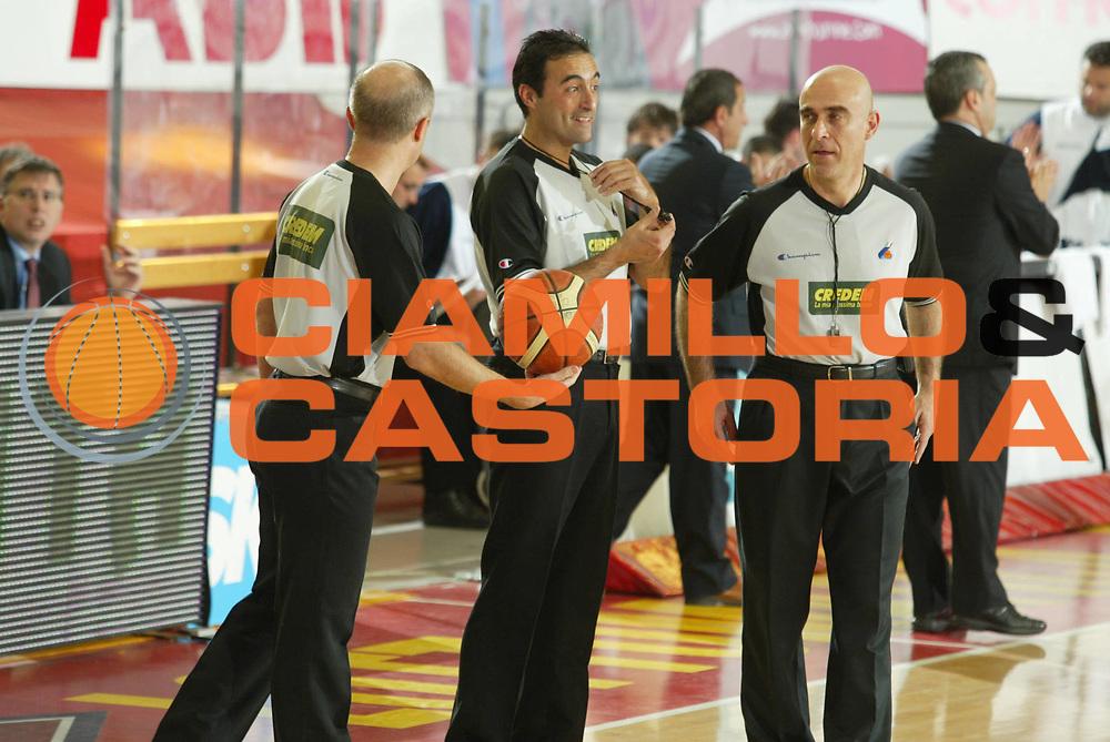 DESCRIZIONE : Roma Lega A1 2005-06 Lottomatica Virtus Roma Upea Capo Orlando <br /> GIOCATORE : Arbitro <br /> SQUADRA : <br /> EVENTO : Campionato Lega A1 2005-2006 <br /> GARA : Lottomatica Virtus Roma Upea Capo Orlando <br /> DATA : 09/04/2006 <br /> CATEGORIA : Ritratto <br /> SPORT : Pallacanestro <br /> AUTORE : Agenzia Ciamillo-Castoria/G.Ciamillo