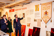 AMSTERDAM - Koning Willem-Alexander tijdens de opening van de tentoonstelling 1001 vrouwen in de 20ste eeuw in het Amsterdam Museum. De expositie toont beeltenissen en verhalen van krachtige en inspirerende vrouwen en geeft een blik op gebeurtenissen in de twintigste eeuw.