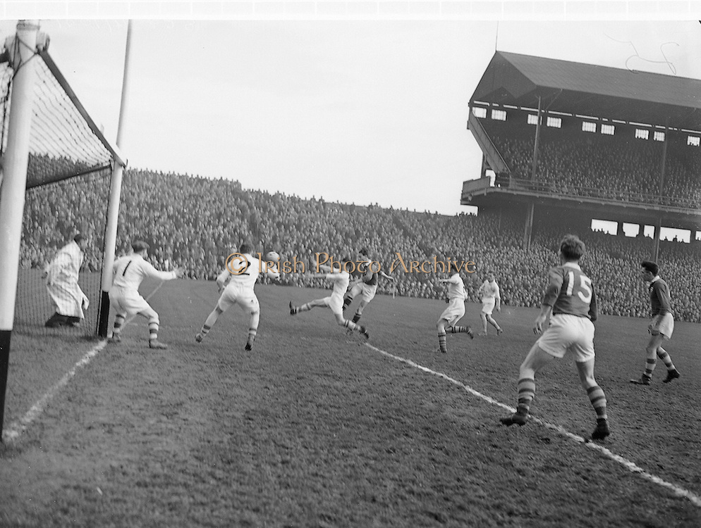 Neg No: 1001/a3626-a3632...17031956IPFCF...17.03.1956...Interprovincial Railway Cup Football - Final..Ulster.00-12.Munster.00-04..