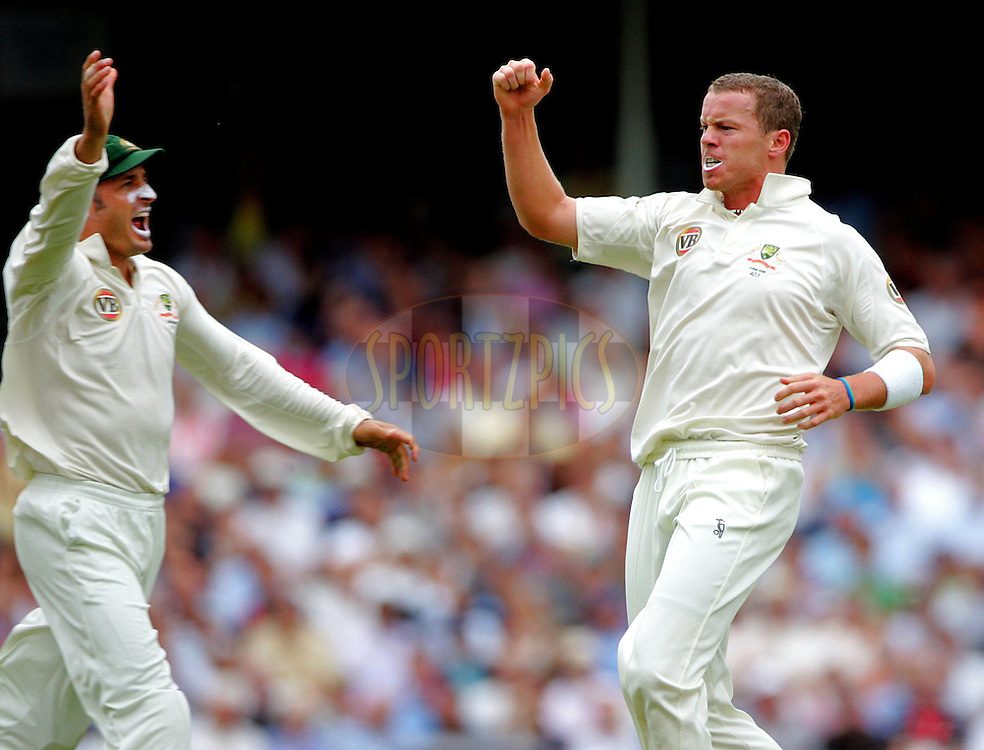 © SPORTZPICS /  Seconds Left Images 2009   Peter Siddle (R) celebrates the first wicket of the final test with Michael Hussey (L) - Alastair Cook out for 10 caught Ponting -  England v Australia - The Ashes 2009 - 5th npower Test  Match - Day 1 - 20/08/09 - The Brit Oval - London -  UK - All Rights Reserved
