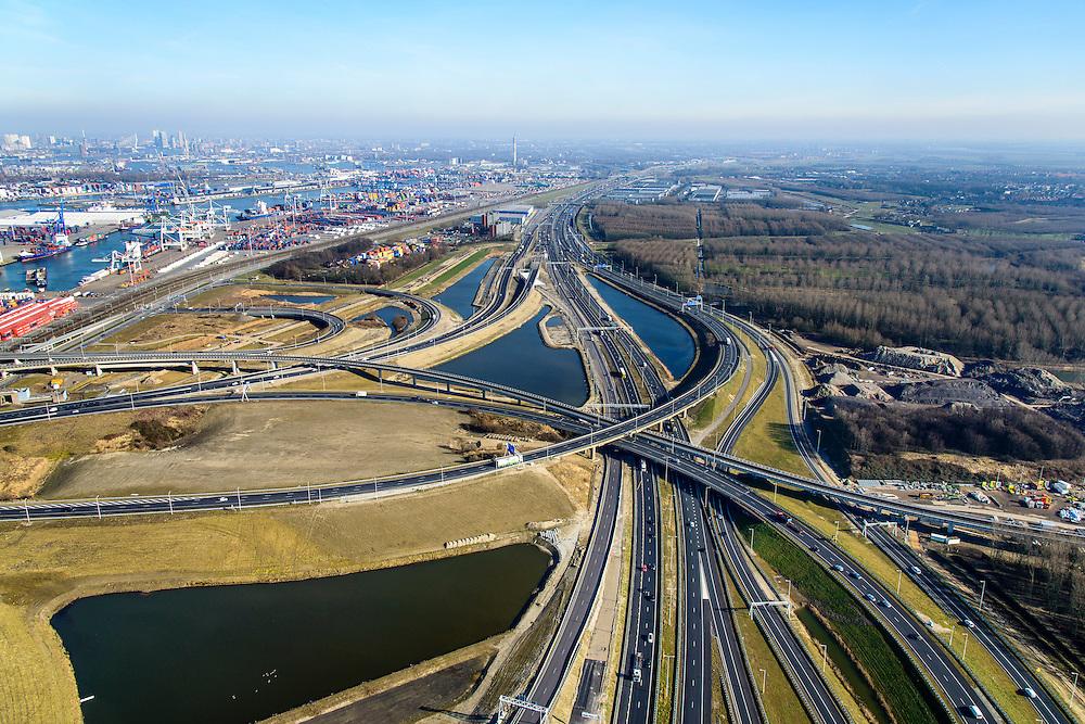 Nederland, Zuid-Holland, Rotterdam, 18-02-2015. A15 en knooppunt Benelux. Infrastructuur bundel, kruising Betuweroute en A15, metro. <br /> Motorway A15 junction, connecting Port of Rotterdam with hinterland.<br /> luchtfoto (toeslag op standard tarieven);<br /> aerial photo (additional fee required);<br /> copyright foto/photo Siebe Swart