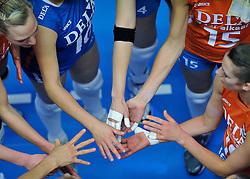 30-10-2011 VOLLEYBAL: NEDERLAND - BELGIE: ZWOLLE <br /> Nederland wint de tweede oefenwedstrijd met 3-2 van Belgie / handen yell shake time out item<br /> ©2011-WWW.FOTOHOOGENDOORN.NL