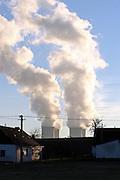 Zaluzi/Tschechische Republik, CZE, 11.12.06: Entweichende Dampfschwaden aus den Kühltürmen des Atomkraftwerks Temelin in der Süd-Böhmischen Landschaft.<br /> <br /> Zaluzi/Czech Republic, CZE, 11.12.06: South Bohemia landscape with view on exhalation of Temelin NPS cooling towers.
