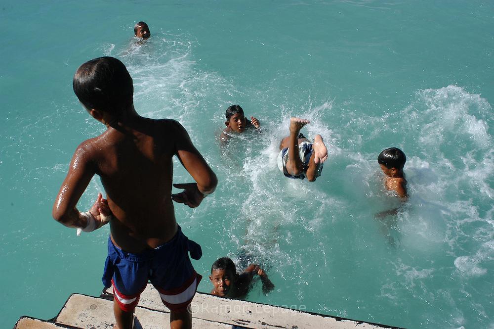 Niños juegan en el agua.  Children play in the sea. (Ramon Lepage / Orinoquiaphoto)