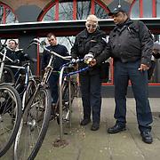 Nederland Rotterdam 5 maart 2009 20090305 Foto: David Rozing ..In het kader van Schoon, heel en veilig heeft Stadstoezicht op donderdag 5 maart samen met Roteb 851 fietswrakken verwijderd. Medewerkers stadstoezicht slijpen kettingslot door om fietswrakken te verwijderen.  Old bicycle wrecks.are being removed by workers of the city of Rotterdam, cycle, broke, broken, wreck, cleaning up city.Waarom? Daarom!?Gemeente ruimt 851 fietswrakken op.In het kader van Schoon, heel en veilig heeft Stadstoezicht op donderdag 5 maart samen met Roteb 851 fietswrakken verwijderd. Tijdens de stadsbrede actiedag op 5 maart heeft Stadstoezicht ook enkele tientallen onbeheerde en hinderlijk geparkeerde fietsen afgevoerd. Verder heeft de gemeente honderden kettingsloten van hekken en lichtmasten verwijderd.??Grote opruiming?In de afgelopen twee weken heeft Stadstoezicht 1100 fietswrakken aangetroffen. Door een sticker op de fiets werd de eigenaar gewaarschuwd voor het verwijderen van het wrak door de gemeente. Op de actiedag gingen verschillende teams van Stadstoezicht gewapend met een slijptol op pad. Zij werden vergezeld door medewerkers van Roteb, zij hebben de wrakken gelijk afgevoerd. Bovendien werden ook nog honderden kettingsloten van hekken en lichtmasten verwijderd.??Onbeheerde en hinderlijk geparkeerde fietsen?De gemeente heeft niet alleen fietswrakken en verkeerd geparkeerde fietsen weggehaald. Stadstoezicht controleert ook op onbeheerde en hinderlijk geparkeerde fietsen. Daarvan zijn er nog eens enkele tientallen van straat gehaald.??Fiets weg??Is iemand zijn fiets kwijt, dan kan het dus zijn dat Stadstoezicht hem heeft laten weghalen. Fietswrakken worden 14 dagen bewaard en andere fietsen 13 weken. Eigenaren kunnen hun fiets terugkrijgen tegen betaling van de verwijderkosten Rotterdammers kunnen helpen door te melden waar overlastgevende fietsen staan. ..Foto: David Rozing/ Hollandse Hoogte