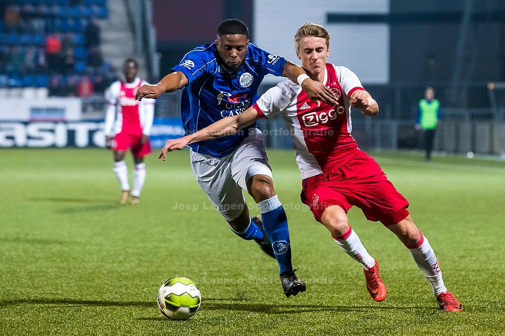 DEN BOSCH, FC Den Bosch - Jong Ajax, voetbal, Jupiler League, seizoen 2017-2018, 09-04-2018, Stadion de Vliert, Jong Ajax speler Dennis Johnson (R), FC Den Bosch speler Jeremy Fernandes (M)