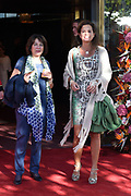 Aankomst gasten bij Slotfeest 200 jaar Koninkrijk op de Amstel met een muzikaal feest rondom de Magere Brug.<br /> <br /> Op de foto:  Nicole Buch