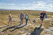 Kjell Derås fra Naturvernforbundet og Fosen for Folket på veg inn i Storheia sammen med noen av demonstrantene.