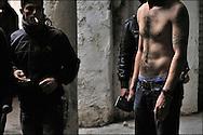 Un habitant (torse nu) est vu armé d'une hache de cuisine pour se défendre contre les pilleurs. // A la suite de nombreux pillages et saccages commis dans le centre ville de Tunis la Police accompagnée des habitants organisés en comité de quartiers chassent les pilleurs, Tunis dimanche 27 février 2011. © Benjamin Girette/IP3 press