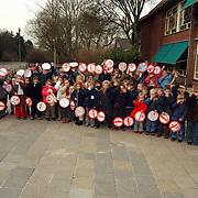 Gouden Regenschool Hilversum klas juf Lot met borden tegen hondepoep