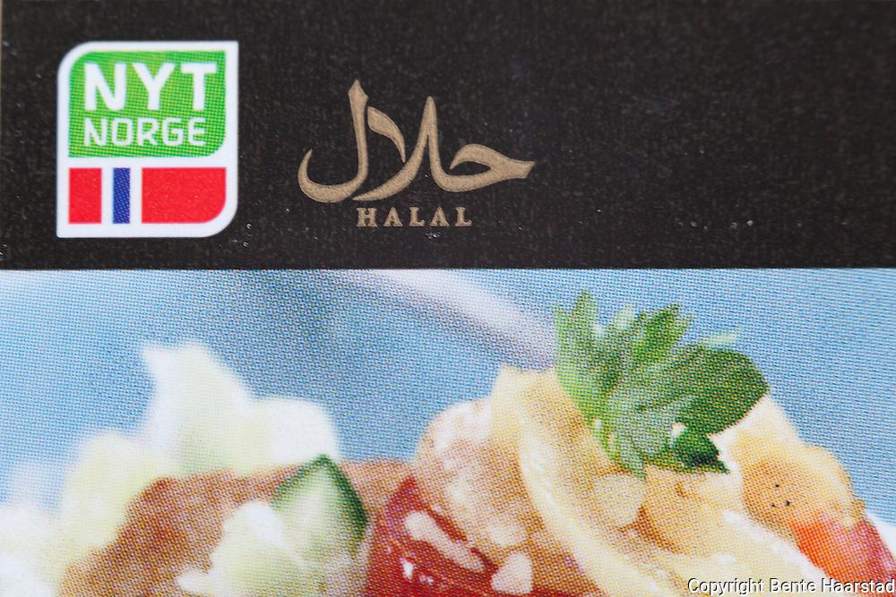 Det brukes både halal-logo og Nyt Norge-logo på produktpakningene fra Ytterøykylling. Alt blir altså merket halal.