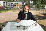 Nederland, Deventer, 20050609..Maquette van hospice Colmschate..Dhr. Portengen directeur van Verpleeghuis P.W. Janssen Huis te Deventer.