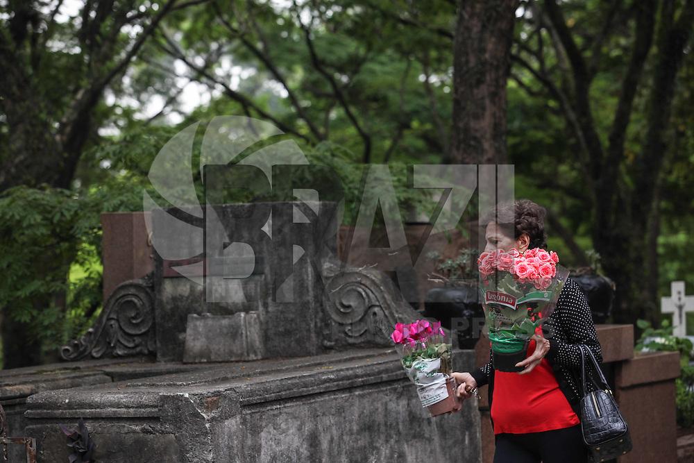 ATENCAO EDITOR IMAGEM EMBARGADA PARA VEICULOS INTERNACIONAIS - SAO PAULO, SP,  02 NOVEMBRO 2012 - Cerimonia de Finados em homenagem a memória dos policiais militares que tobaram no comprimento do dever no Cemiterio do Araca em Pinheiros, regiao oeste da capital paulista, nesta sexta-feira, 02. (FOTO: VANESSA CARVALHO / BRAZIL PHOTO PRESS.