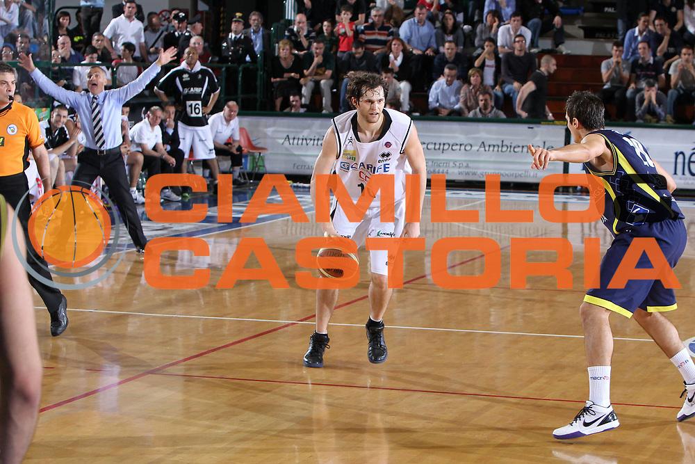 DESCRIZIONE : Ferrara Lega A 2009-10 Basket Carife Ferrara Sigma Coatings Montegranaro<br /> GIOCATORE : Luke Jackson<br /> SQUADRA : Carife Ferrara<br /> EVENTO : Campionato Lega A 2009-2010<br /> GARA : Carife Ferrara Sigma Coatings Montegranaro<br /> DATA : 25/04/2010<br /> CATEGORIA : Palleggio<br /> SPORT : Pallacanestro<br /> AUTORE : Agenzia Ciamillo-Castoria/G.Contessa<br /> Galleria : Lega Basket A 2009-2010 <br /> Fotonotizia : Ferrara Campionato Italiano Lega A 2009-2010 Carife Ferrara Sigma Coatings Montegranaro<br /> Predefinita :