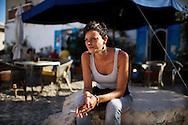 Lampedusa, Italia - 3 luglio 2011. Eletta, 31 anni, cameriera presso il bar Mediterraneo di Lampedusa attende l'arrivo di clienti. Per la maggior parte degli esercizi commerciali dell'isola gli affari hanno subito un netto peggioramento dopo l'emergenza immigrati dello scorso inverno..Ph. Roberto Salomone Ag. Controluce