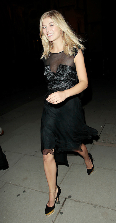 05.SEPTEMBER.2010. LONDON<br /> <br /> ROSAMUND PIKE ATTENDS A PARTY TO CELEBRATE THE RECIVING OF BRITISH CITIZENSHIP FOR RUSSIAN NEWS PAPER MOGUL ALEXANDER LEBEDEV AT THE ROYAL COURTS OF JUSTICE IN THE STRAND.<br /> <br /> BYLINE: EDBIMAGEARCHIVE.COM<br /> <br /> *THIS IMAGE IS STRICTLY FOR UK NEWSPAPERS AND MAGAZINES ONLY*<br /> *FOR WORLD WIDE SALES AND WEB USE PLEASE CONTACT EDBIMAGEARCHIVE - 0208 954 5968*