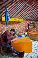 Mongolie, Province de Ovorkhangai, Vallee de l'Orkhon, artisant peintre menuisier // Mongolia, Ovorkhangai province, Okhon valley, painter and carpenter