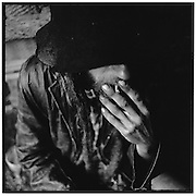 Berger avec chapeau mouillé fumant une cigarette; a shepherd with a wet felt hat smoking a cigarette; ein Schafhirte mit nassem Filzhut raucht eine Zigarette