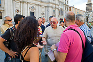 Roma 6 Agosto 2014<br /> Sono tornati per pochi minuti i dehors a Piazza Navona. I titolari dei ristoranti  hanno deciso di alzare le saracinesche e ripristinare gli spazi esterni, ma posizionando i tavolini nel rispetto dei limiti imposti dalle concessioni del comune di Roma. Ma gli agenti della municipale li hanno bloccati: &quot;Non sono autorizzati&quot;. Guido Campopiano, (C)  portavoce dei ristoratori  di Piazza Navona mentre parla con la polizia municipale<br /> Rome August 6, 2014 <br /> They came back for a few minutes the dehors in the Piazza Navona. The owners of the restaurants have decided to raise the  rolling shutter and restore the dehors, but by placing the tables within the limits imposed by the concessions of the city of Rome. But the agents of the municipal blocking them: &quot;They are not unauthorised &quot;. Guido Campopiano, (C) spokesman for the restaurateurs to Piazza Navona while talking with the municipal police