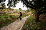 Een mountainbiker rijdt over de trails van Nationaal Park De Veluwezoom bij Rheden.<br /> <br /> A mountain biker is riding the trails of National Park De Veluwezoom near Rheden.