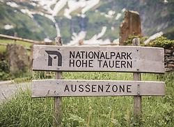 THEMENBILD - ein Nationalpark Hohe Tauern Aussenzone Holzschild. Der Hintersee ist ein kleiner Gebirgssee in 1313 m Höhe im Talschluss des Felbertals in Mittersill. Der Bergsee ist ein Naturdenkmal und wurde unter Schutz gestellt. Der Hintersee gilt als Geheimtipp, Erholungsgebiet und ein Platz, den man gesehen haben muss, aufgenommen am 23. Juni 2019, am Hintersee in Mittersill, Österreich // a national park Hohe Tauern outer zone wooden shield. Hintersee is a small mountain lake 1313 m above sea level at the end of the Felbertal valley in Mittersill. The mountain lake is a natural monument and was placed under protection. The Hintersee is an insider tip, a place you must have seen and a recreation area on 2019/06/23, Hintersee in Mittersill, Austria. EXPA Pictures © 2019, PhotoCredit: EXPA/ Stefanie Oberhauser