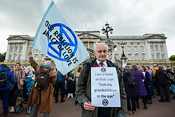 © Licensed to London News Pictures. 15/10/2019. LONDON, UK. Peter Cole, aged 75, a climate activist from Extinction Rebellion, during a Grandparents protest outside Buckingham Palace.  Activists are calling on the government to take immediate action against the negative effects of climate change.  Photo credit: Stephen Chung/LNP