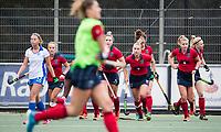 UTRECHT - Laren brengt de stand, even voor tijd , op 2-2,   tijdens de hockey hoofdklasse competitiewedstrijd dames:  Kampong-Laren . De vliegende keep verlaat het veld.  COPYRIGHT KOEN SUYK