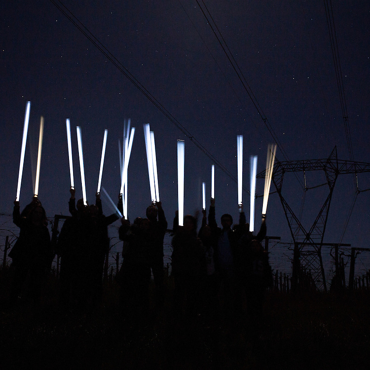 Expropriated farmers and memebers of the &quot;no-power line&quot; committee prove the existence of a strong electromagnetic radiation under the wires of a power line. Because of the Tesla effect, neon tubes will ignite spontaneously in he proximity of the high-tension wires. The mega power line that the company TERNA plans to build will have a much greater extent, equal to 380kv, distributed over 19 cables and hundreds of single pole pylons up to 70 meters high. Higher than the Pisa tower.<br /> Castel Frentano (CH)
