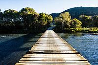 Ponte de madeira sobre o Rio Canoas. Urubici, Santa Catarina, Brasil. / Wooden bridge over Canoas River. Urubici, Santa Catarina, Brazil.
