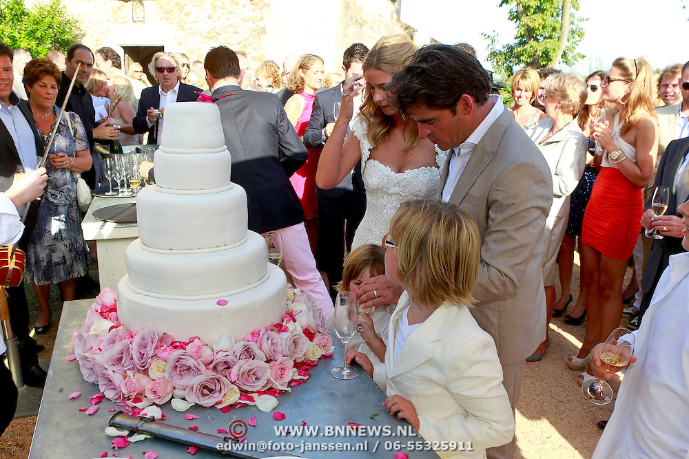 SPA/La Bisbal/20110711 - Huwelijk Jeroen van der Boom en Dani de Wit, met zonen Daan en Luuk taart aansnijden
