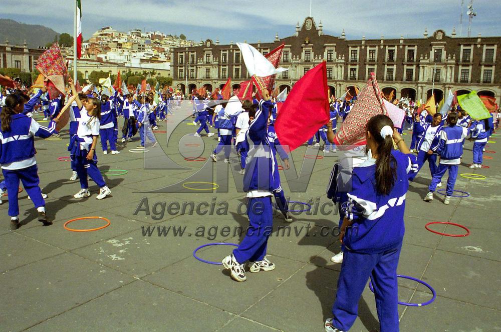 Toluca, Méx.- Cientos de estudiantes de nivel medio iniciaron los ensayos para el desfile del 20 de noviembre en la explanada de la plaza civica de esta ciudad. Agencia MVT