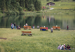 THEMENBILD - arabische Urlaubsgäste und Touristen sitzen mit den Kindern direkt am See und genießen die Landschaft. Der Hintersee ist ein kleiner Gebirgssee in 1313 m Höhe im Talschluss des Felbertals in Mittersill. Der Bergsee ist ein Naturdenkmal und wurde unter Schutz gestellt. Der Hintersee gilt als Geheimtipp, Erholungsgebiet und ein Platz, den man gesehen haben muss, aufgenommen am 23. Juni 2019, am Hintersee in Mittersill, Österreich // Arab holiday guests and tourists sit directly at the lake and enjoy the landscape. Hintersee is a small mountain lake 1313 m above sea level at the end of the Felbertal valley in Mittersill. The mountain lake is a natural monument and was placed under protection. The Hintersee is an insider tip, a place you must have seen and a recreation area on 2019/06/23, Hintersee in Mittersill, Austria. EXPA Pictures © 2019, PhotoCredit: EXPA/ Stefanie Oberhauser
