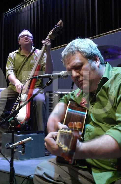 EMMEN<br /> Theatergroep Sonnevanck uit Enschede,<br /> Muzikanten van Ocobar en actrice en acteur na de voorstelling in Theater De Muzeval in Emmen,<br /> Foto Cok van Vuren (voorgrond) en Bart Wijtman (achtergrond),<br /> <br /> Editie: UIT<br /> <br /> fotografie frank uijlenbroek&copy;2006 michiel van de velde<br /> TT20060217