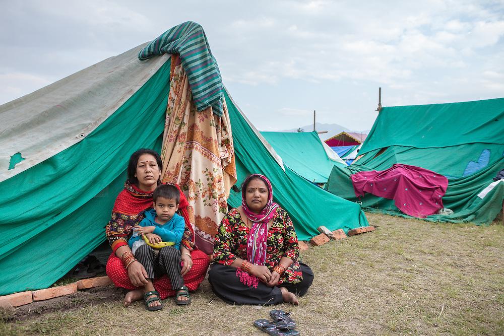 Twee vrouwen met jongetje in een tentenkamp in het centrum van Kathmandu.