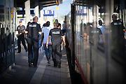 Bundespolizisten kontrollieren  Züge am Bahnhof Rosenheim und nehmen eine Erstregistrierung von Flüchlingen vor.