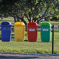 Lixeiras para coleta seletiva no campus da UFSC, Florianopolis, Santa Catarina, Brasil. foto de Ze Paiva/Vista Imagens