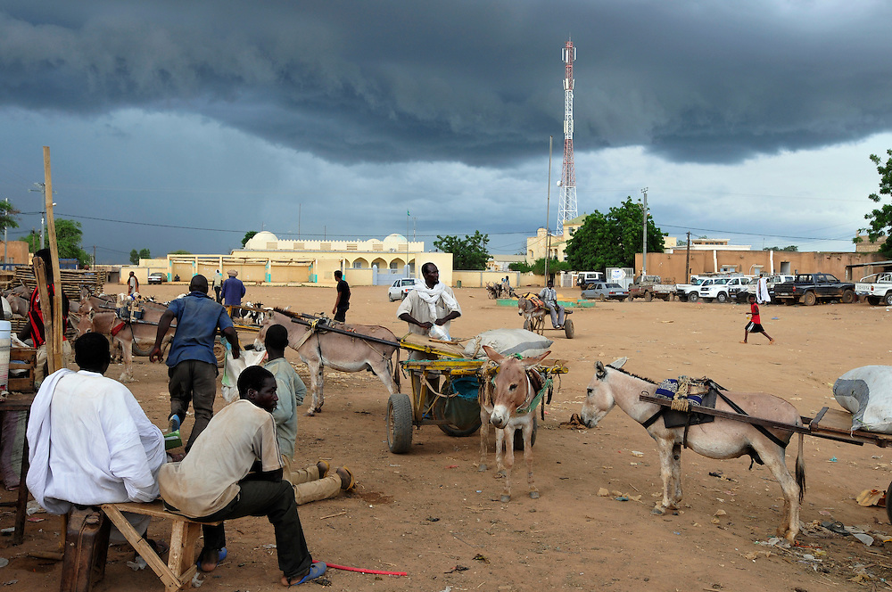 La place centrale avec tour de télécommunication..Sélibaby, Mauritanie. 06/09/2010..Photo © J.B. Russell
