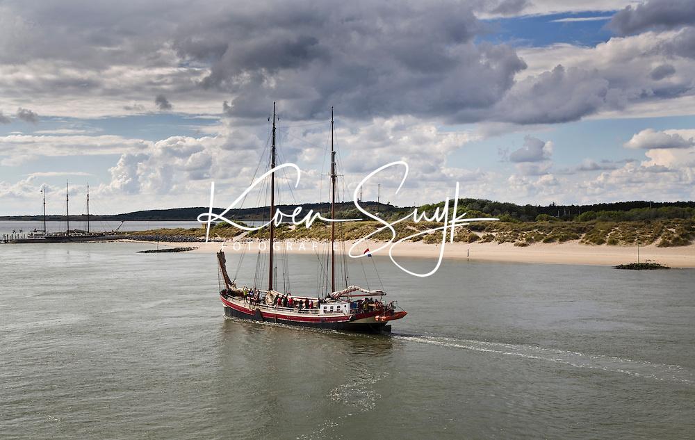 VLIELAND -Varen met een zeilschip op de Waddenzee met Vlieland op de achtergrond.  ANP COPYRIGHT KOEN SUYK