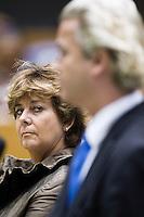 Nederland. Den Haag, 18 september 2008.<br /> Rita Verdonk luistert naar Geert Wilders.<br /> Foto Martijn Beekman<br /> NIET VOOR PUBLIKATIE IN LANDELIJKE DAGBLADEN.
