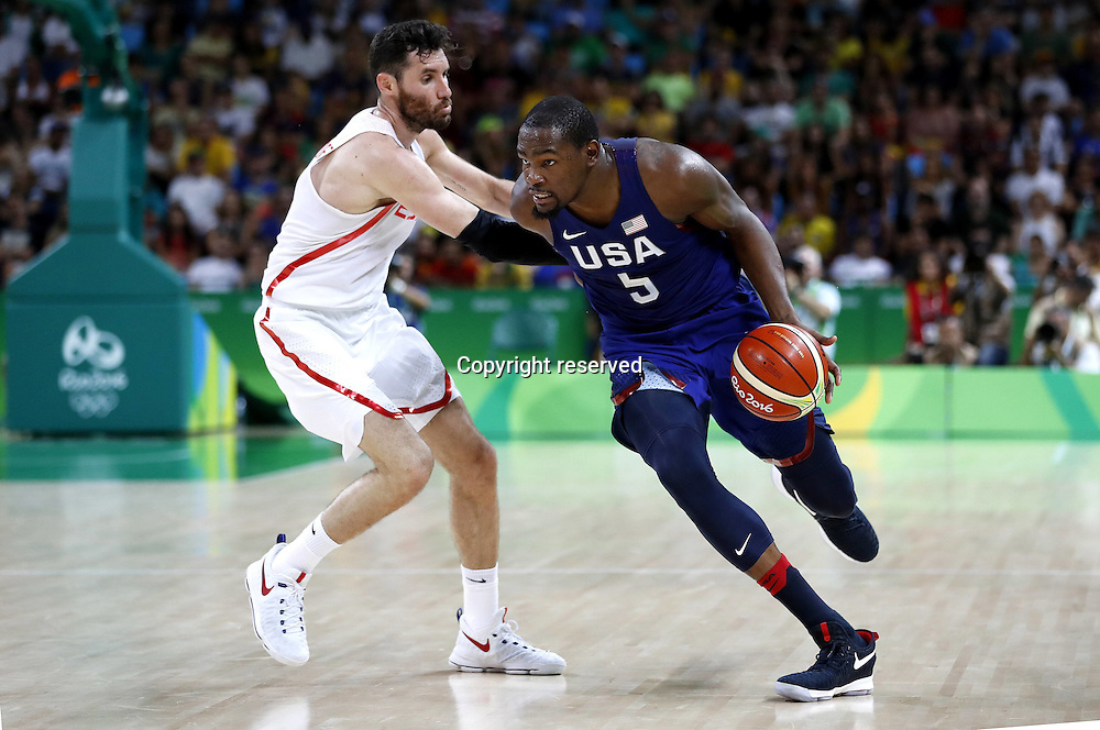 Rio 2016, Basketball Herren Halbfinale, USA - Spanien 19.08.2016. Rio de Janeiro, Brazil. Mens Basketball semi-final at the 2016 Rio Olympic Games. USA versus Spain.  Kevin DURANT (USA) drives around the outside of Rudy Fernandez (ESP) . The USA won the game by a score of 82-76 to make the final.