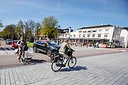 In Zeist kruisen fietsers en auto&rsquo;s elkaar in het centrum.<br /> <br /> Cars and cyclist crosses at the city center of Utrecht.