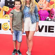NLD/Amsterdam/20170802 - Premiere De Emoji film,  Christie Bokma met haar zoon