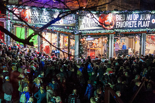 Serious Request dag 3 overzichtsfoto mensen massa voor het glazen huis op de Oude Markt in Enschede
