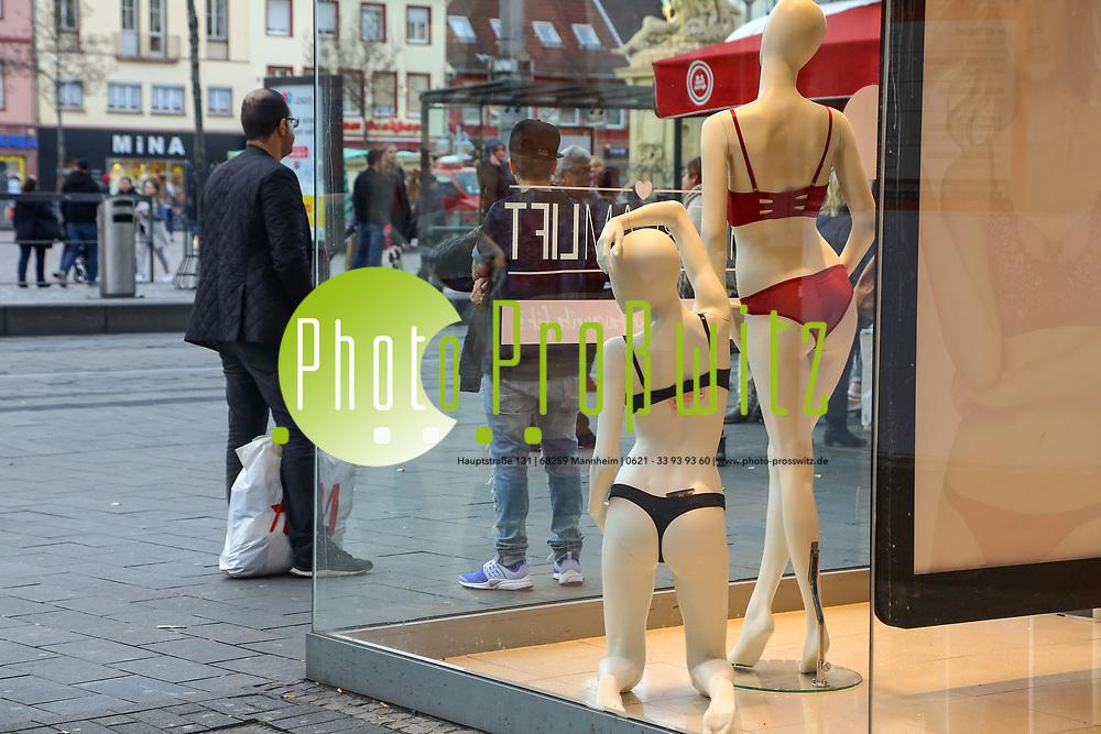 Mannheim. 11.03.17 | BILD- ID 023 |<br /> Innenstadt. Marktplatz. Leben in der Innenstadt. Breite Stra&szlig;e. Leben und Einkaufen in der Breiten Stra&szlig;e. <br /> <br /> Bild: Markus Prosswitz 11MAR17 / masterpress (Bild ist honorarpflichtig - No Model Release!)