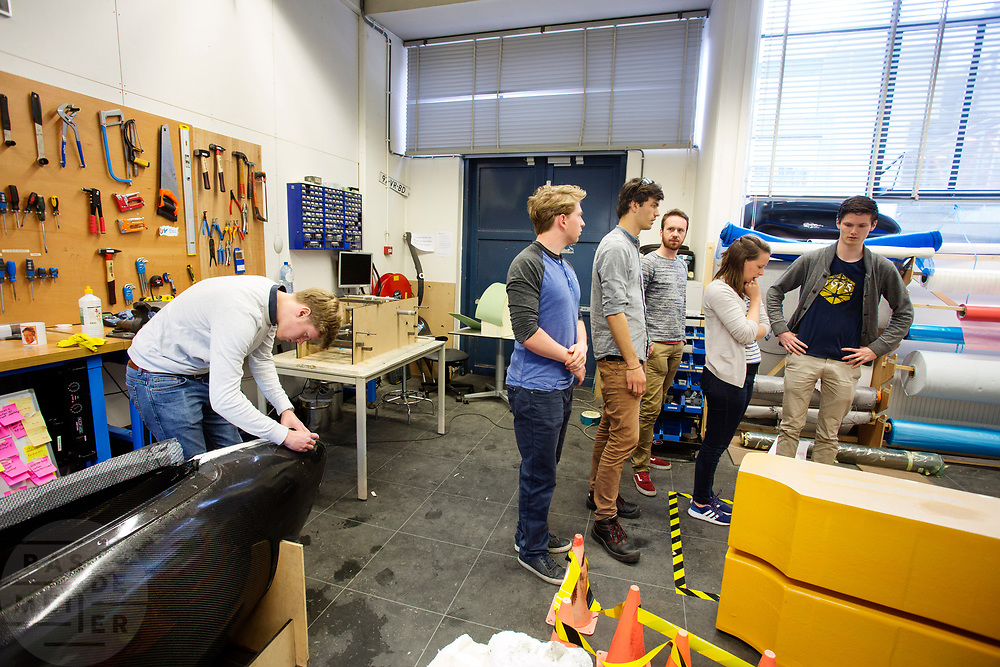 In Delft wordt de VeloX 7 gebouwd in de D:Dreamhall. In september wil het Human Power Team Delft en Amsterdam, dat bestaat uit studenten van de TU Delft en de VU Amsterdam, tijdens de World Human Powered Speed Challenge in Nevada een poging doen het wereldrecord snelfietsen voor vrouwen te verbreken met de VeloX 7, een gestroomlijnde ligfiets. Het record is met 121,44 km/h sinds 2009 in handen van de Francaise Barbara Buatois. De Canadees Todd Reichert is de snelste man met 144,17 km/h sinds 2016.<br /> <br /> In Delft the Velox 7 is produced. With the VeloX 7, a special recumbent bike, the Human Power Team Delft and Amsterdam, consisting of students of the TU Delft and the VU Amsterdam, also wants to set a new woman's world record cycling in September at the World Human Powered Speed Challenge in Nevada. The current speed record is 121,44 km/h, set in 2009 by Barbara Buatois. The fastest man is Todd Reichert with 144,17 km/h.