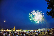 Nederland, Nijmegen, 20-7-2010Tijdens de zomerfeesten van de wordt traditioneel  een groot vuurwerk gegeven. De Waal in vlammen. Op de waalkade, het valkhof en de oever van de rivier aan de kant van Lent staan tienduizenden mensen het spectakel te bewonderen.Foto: Flip Franssen/Hollandse Hoogte