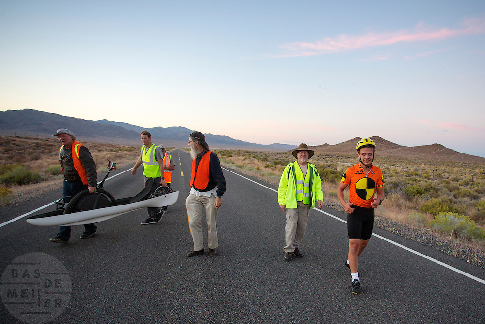 Florian Kowalik na zijn junioren wereldrecord tijdens de avondrun op de derde dag van de races. In Battle Mountain (Nevada) wordt ieder jaar de World Human Powered Speed Challenge gehouden. Tijdens deze wedstrijd wordt geprobeerd zo hard mogelijk te fietsen op pure menskracht. Het huidige record staat sinds 2015 op naam van de Canadees Todd Reichert die 139,45 km/h reed. De deelnemers bestaan zowel uit teams van universiteiten als uit hobbyisten. Met de gestroomlijnde fietsen willen ze laten zien wat mogelijk is met menskracht. De speciale ligfietsen kunnen gezien worden als de Formule 1 van het fietsen. De kennis die wordt opgedaan wordt ook gebruikt om duurzaam vervoer verder te ontwikkelen.<br /> <br /> In Battle Mountain (Nevada) each year the World Human Powered Speed Challenge is held. During this race they try to ride on pure manpower as hard as possible. Since 2015 the Canadian Todd Reichert is record holder with a speed of 136,45 km/h. The participants consist of both teams from universities and from hobbyists. With the sleek bikes they want to show what is possible with human power. The special recumbent bicycles can be seen as the Formula 1 of the bicycle. The knowledge gained is also used to develop sustainable transport.